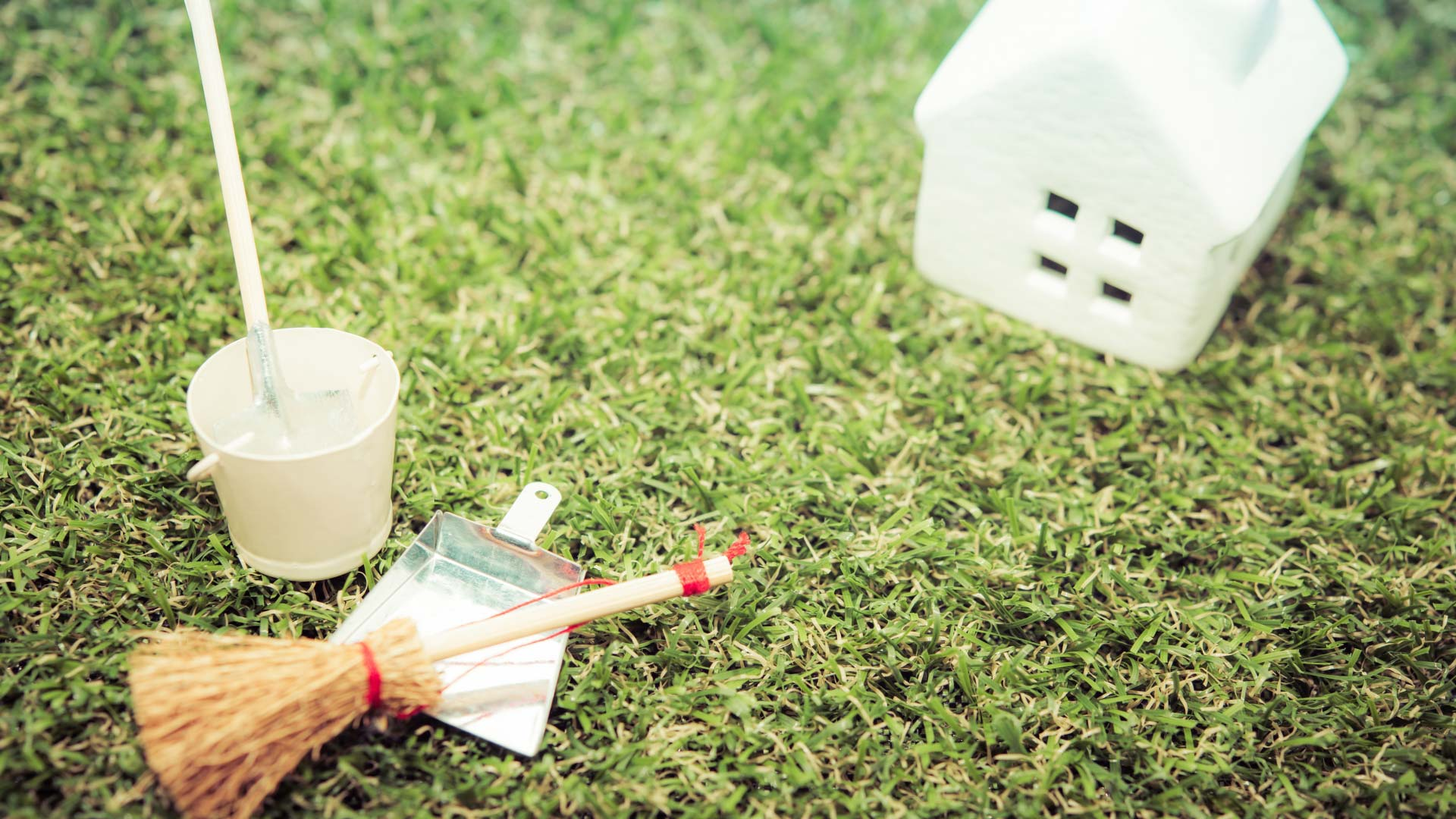 掃除道具と家のミニチュア