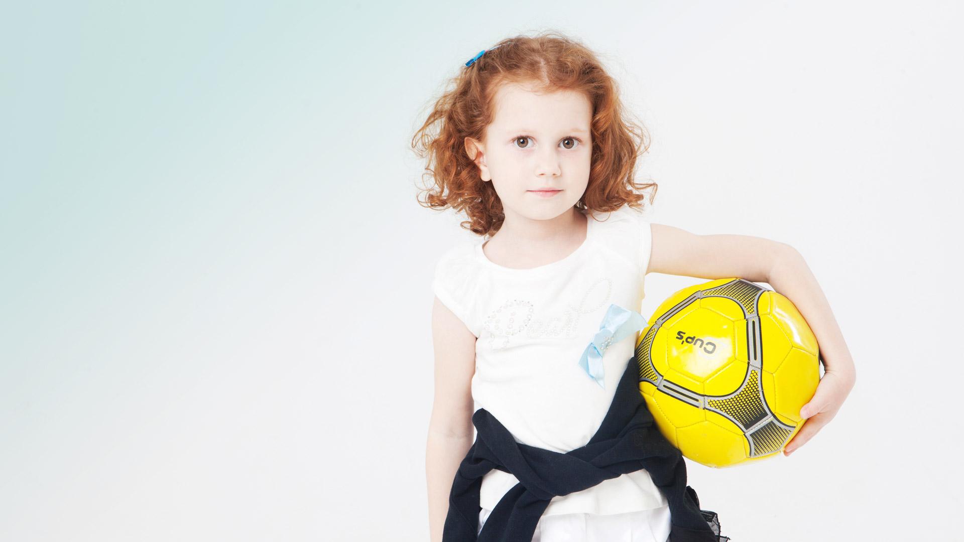 サッカーボールを抱える女の子